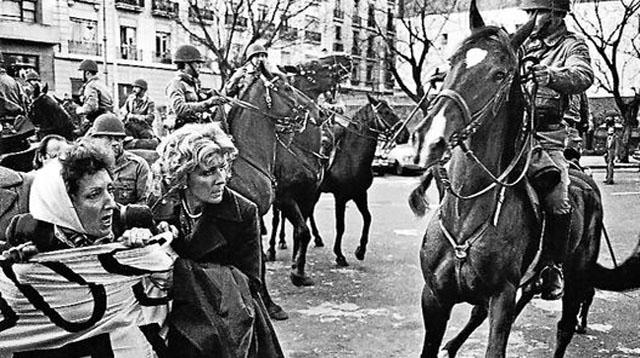 Madres atacadas pela polícia a cavalo