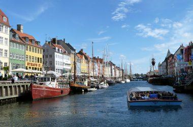 Nyhavn (Porto Novo) em Copenhagen, lotado de cafés e restaurantes